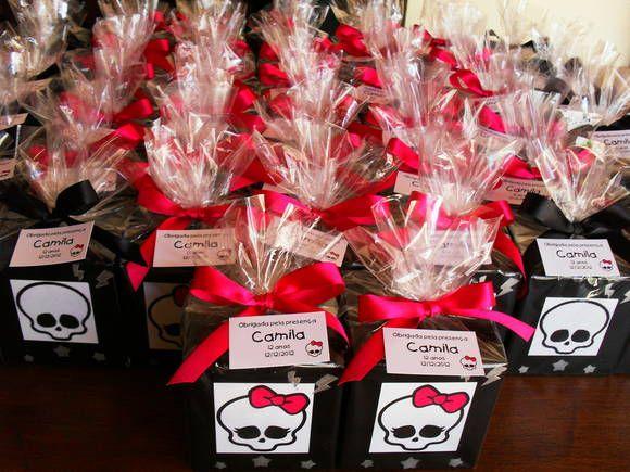 Cofrinho em madeira MDF para lembrancinhas de aniversário da Monster High na cor preto. Muito fofo nessa medida, pois é quadradinho e tem uma alavanca para poder retirar as moedas sem ter que quebrá-lo. Caso você tenha urgência, consulte a possibilidade da entrega em tempo hábil para sua festa. O tema pode ser trocado conforme a decoração de sua festa. R$ 7,50: