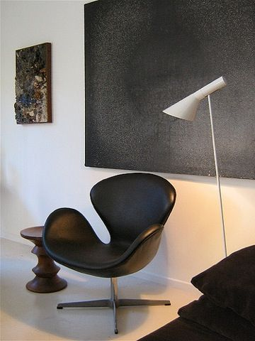 Swan chair in black leather and floor lamp by Arne Jacobsen