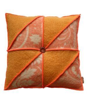 Groot woonkussen bekleed met wollen dekens in mooi grafisch patroon. Het kussen is afgewerkt met neon oranje lockgaren en heeft een nieuw binnenkussen. De afmeting is 60-60 cm