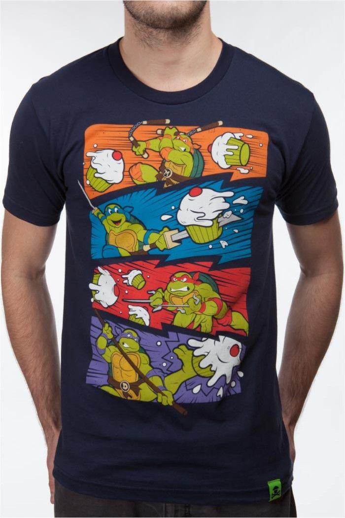 Johnny Cupcakes x Tortues Ninja  Ce n'est pas la première fois que Johnny Cupcakes rend hommage à l'un des comics cultes des années 80/90. Mais cette fois, c'est une collection entière qui est consacrée aux Tortues Ninja, avec pas moins de 8 tee-shirts (4H et 4F). Une collaboration exceptionnelle à découvrir en détail dans la suite de notre billet…  http://www.grafitee.fr/tee-shirt/johnny-cupcakes-tortues-ninja/  #lifestyle #fashion #geek #comics #TMNT #Tshirts