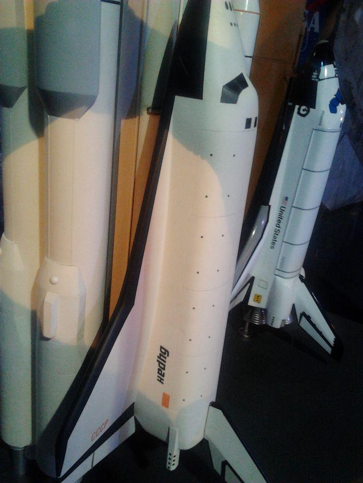 Gateway to space. V popředí kosmoplán Buran, za ním raketoplán Space shuttle