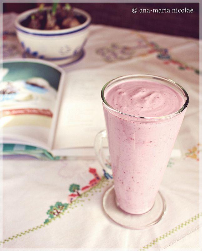 Smoothie cu afine si lapte de cocos http://amainbucatarie.blogspot.ro/2014/03/smoothie-cu-afine-si-lapte-de-cocos.html