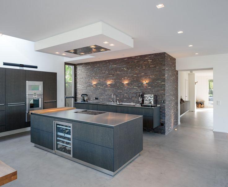bulthaup b3 mit individueller Arbeitsplatte aus Edelstahl. Im Küchenblock integriert ist ein Weinschrank #gaggenau #bulthaupblaserundhoefer #blaser #höfer #bbh #blaserundhoefer #bulthaupköln #bulthaup #köln #marienburg #lindenallee #küche #interiordesign #kitchendesign #bulthaupvilla #architekten #kitchenarchitects #bulthaupb3 #home #houzz #solebich #kücheninsel