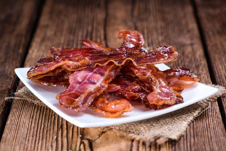 Bacon i ovn er genialt. Du får perfekt resultat hver gang, helt uten å søle. Steker du bacon i ovn kan du også steke eggene samtidig!
