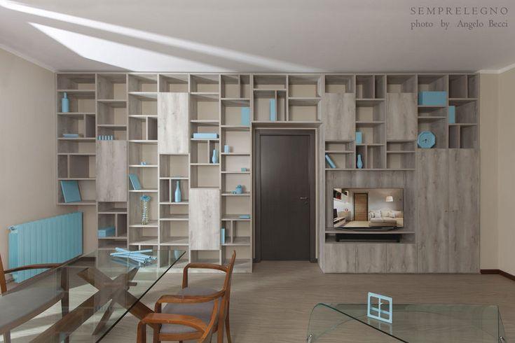 Made to measure bookcase for a beautiful living room in Milan. Custom Made Design Furniture. Made in Italy Bookcases by Semprelegno artisans. Parete libreria a ponte fatta su misura per un soggiorno di design dalla linea contemporanea.