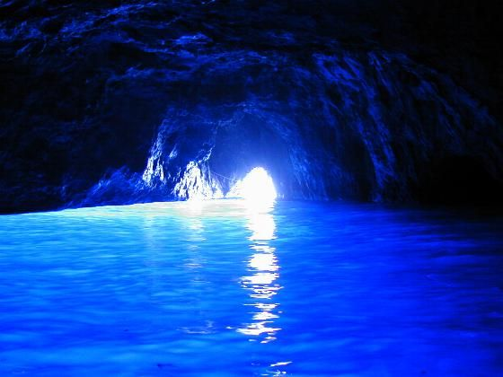 沖縄県恩納村の真栄田岬にある洞窟=通称「青の洞窟」 イタリア南部・カプリ島の「青の洞窟」とならび世界的にも有名なダイビングスポットです。 太陽光線が海底に反射して海中を通過して届くため、海水の青さを照らし出し海面が青く輝きます。