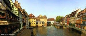 La Petite France à Strasbourg, le quartier sur l'eau, quartier typique et romantique où on peut découvrir de belles maisons à colombage et leurs toits pentus ouverts sur des greniers de tannage. La plus remarquable est la Maison des Tanneurs.   Toutes nos locations vacances en Alsace sur www.dreamarent.com/location-vacances/alsace/1