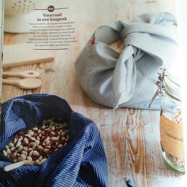 Yes! Paginagrote publicatie van onze bentobag in Ariadne @ home! Met de leuke tekst : 'voorraad in een knapzak - Even voorstellen: de nieuwe voorraadpotten. Pasta, bonen, meel en erwten, in deze Bentobags kun je allerlei droge etenswaren bewaren. Je maakt ze zelf met de DIY-kit van studio toutdoux (www.studiotoutdoux.nl). Leuk als blikvangers in de keuken, op een plank of in een open (bakkers) kast. Dus: bye bye, lelijke verpakkingen! ' | #diykit #knapzak #bentobag #publicatie in…