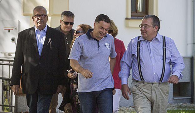 """Magyar Narancs - Simicska melyinterju  06.02.2015. """"Hiszi vagy sem: az én szövetkezésem Orbánnal abból indult ki, hogy le akartuk bontani a diktatúrát és a posztkommunista rendszert. Kiderült, hogy ez nem egy egyszerű dolog, ezen melózni kell. De az kurvára nem volt benne ebben a szövetkezésben, hogy felépítünk helyette egy másik diktatúrát. Ebben én nem vagyok partner."""" Simicska Lajos #jesuislajos #orbanisgeci #simicska #media """