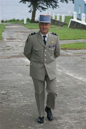 Uniforme de service de officiers de arme blindée de l'Armée française / French Army armored corps officers' service dress uniform.