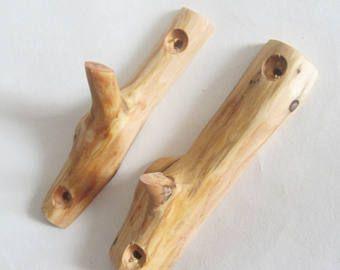 Questo gancio di ramo di albero è composto da un ginepro. Dimensioni: - 14 cm (5,5) Ogni insieme è unico. Tutti gli articoli sono un eco-friendly prodotti con un materiale naturale - la struttura di questo legno è tutto naturale. Gli elementi sono fatti senza eventuali decorazioni per mostrare ancora più vera bellezza del materiale. Essi sono stati trattati con olio di lino e quindi erano lucidati con cera di carnauba. Il legno utilizzato nel prodotto viene raccolto in foresta riservata…