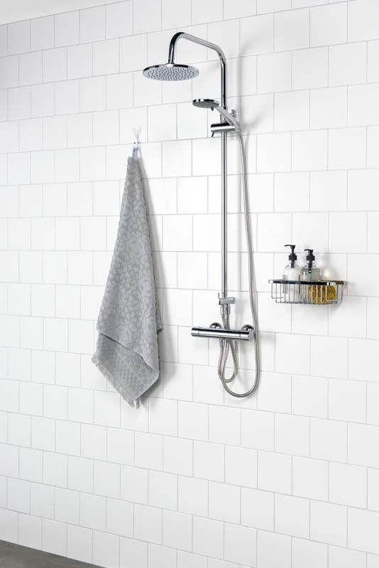 KARWEI | Frisse tegels en een fijne regendouche zorgen voor een oase van rust in de badkamer.