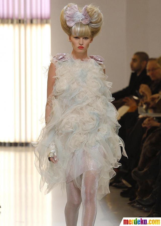 Lara Stone. Model asal Belanda yang mempunyai ciri khas 'gigi bersela' ini ternyata mendulang banyak perhatian. Wanita ini telah meneken kontrak dengan beberapa merk baju terkenal seperti Versace, Calvin Klein, Donna Karan, Prada, dan Mercedes Bena. Tak heran bila dia mempunyai pendapatan. USD 3,8 juta (Rp 35,8 miliar).