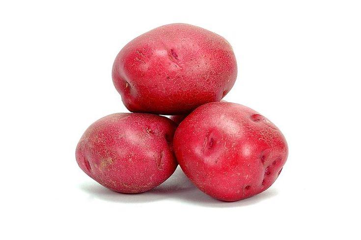 Cómo hornear patatas rojas en un paquete de papel de aluminio para el horno. Los paquetes de papel de aluminio llenos con patatas son una guarnición conveniente para la parrilla, pero puedes utilizar el mismo método para preparar las patatas en el horno. Los paquetes herméticamente sellados ...
