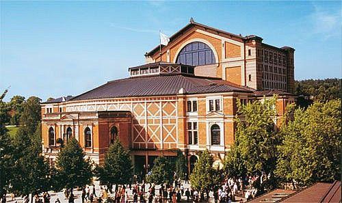 Das Festspielhaus - Ort der Musik. 1871 wählte Richard Wagner Bayreuth als künftigen Ort seiner Festspiele.
