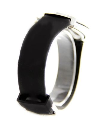 Montre femme silicone - Garantie 1 anLa marque de montres femme ROCKY, vous propose une collection de montres pour femme orignales et de grande qualité. Vous serez séduite par la créativité et l originalité de cette collection de montres femme à prix mini !Boitier : Métal fond acier - Placage très résistant - Dimensions : 40x40x6mm - Verre MinéralMouvement : SL68 - Pile fournie - Achetez un lot de 2 piles pour 1 euro seulement ! Bracelet de la montre : Silicone - Largeur du bracelet…