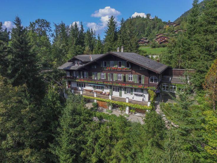 Un chalet pour champions. Un champion des pistes a évidemment besoin d'une maison qui corresponde à son profil. Et c'est le cas avec ce chalet de Gstaad. Juste après votre journée ski, il va falloir choisir entre les 19 chambres, pour un repos bien mérité.
