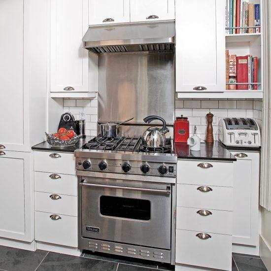Des armoires ouvertes munies d\u0027un support Tuile métro Pinterest - Idee Deco Cuisine Vintage