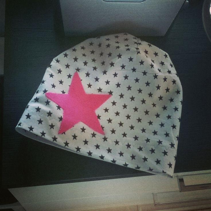 Trikoo pipo johon liimakankaalla kiinnitin tähden. stocking cap