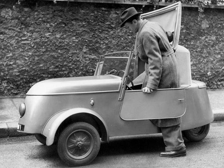 """On le sait aujourd'hui, pendant l'occupation, la marque Peugeot, depuis la famille jusqu'aux ouvriers en bas de l'échelle, fait tout pour """"embêter"""" les Allemands, en ralentissant par exemple les cadences au maximums, etc. Ils vont même jusqu'à lancer en 1941 à la surprise générale, une nouvelle voit"""
