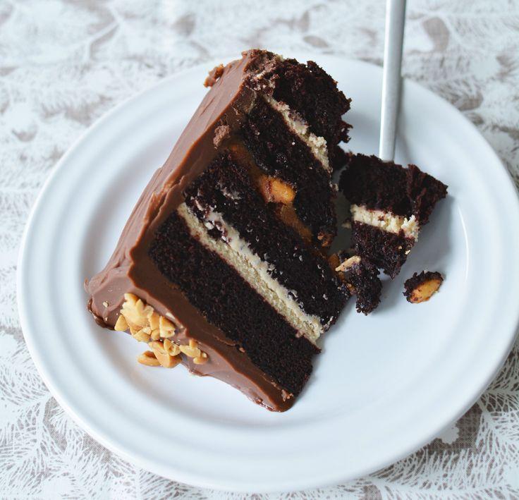 A tésztája átmenet a csokoládépuding és a piskóta között. A tortarétegek között lágy mogyoróvajas krém és sós karamellás, pörkölt amerikai mogyoró bújik meg. Kívül bitang csokoládékrémmel borítottam.   Snickers torta (12 szelet) a tésztához: 130 g holland…