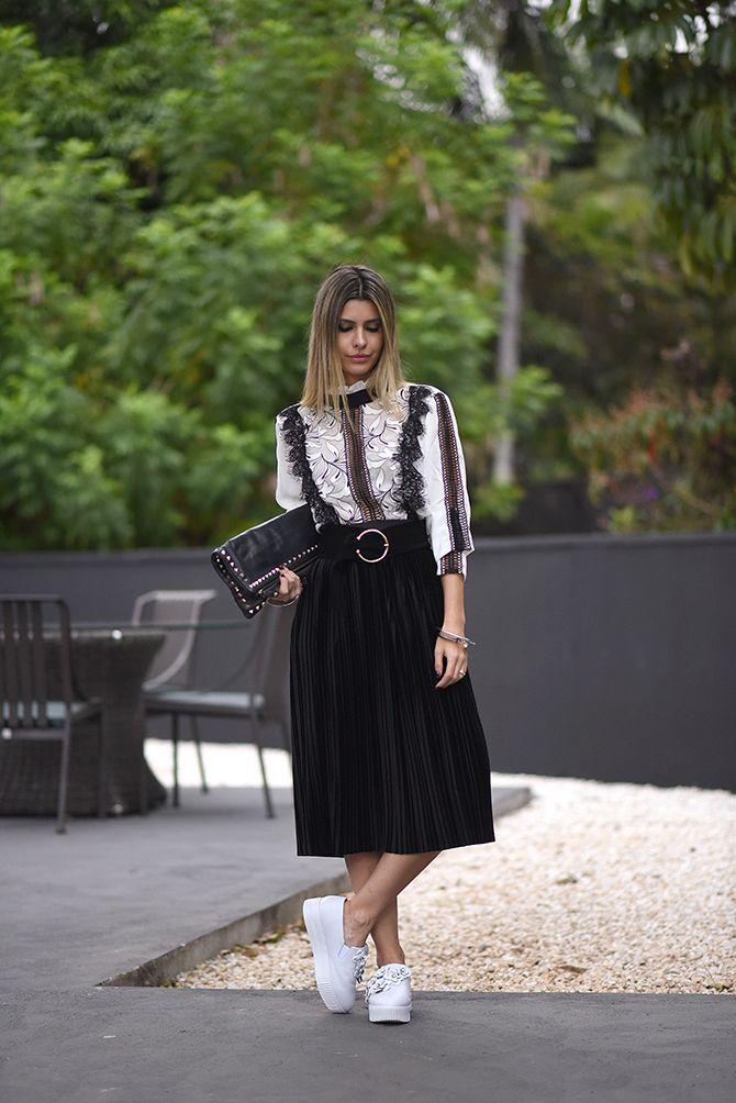 Look Carol Tognon: Neste look com certeza a tendência que mais se destaca é esta saia mídi em veludo molhado. Pra combinar, camisa branca toda trabalhada nos babados, detalhes em transparência tão sutil que nem parece.