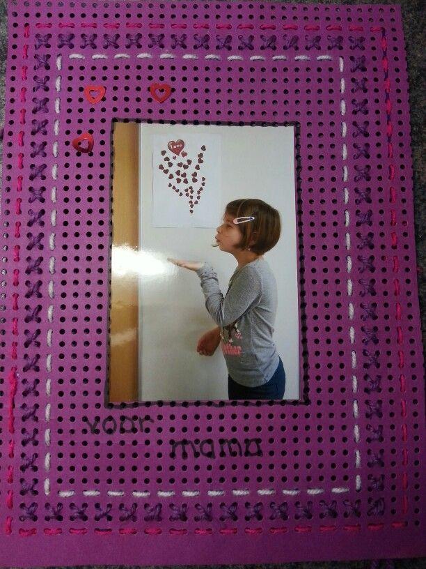Geborduurd fotolijstje: groep 4 - Ben je op zoek naar borduurkarton? In de webwinkel Vna Credu.nl vind je borduurkarton: http://credu.nl/product/borduurkarton/