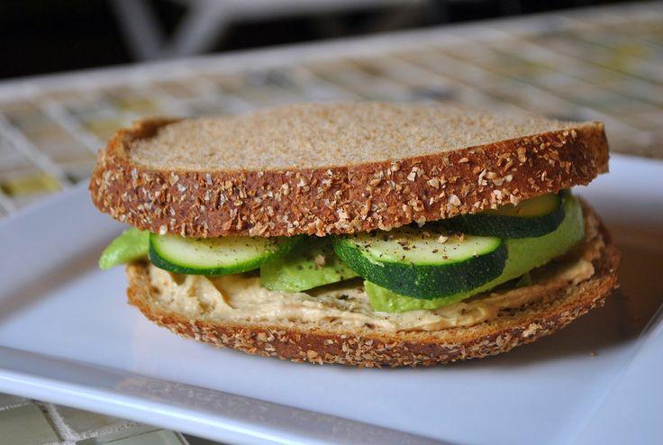 Hummus, Avocado & Zucchini Sandwich (Sanduíche de Hummus, Abacate e Abobrinha) | The Green Dish