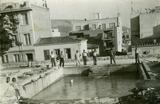 Κολωνάκι. Πλατεία Δεξαμενής. Άποψη της νότιας πλευράς της πλατείας προς την οδό Γλύκωνος. Κατασκευάστηκε από το δήμο το 1931 και λειτούργησε ως πισίνα με θαλασσινό νερό για παιδιά.
