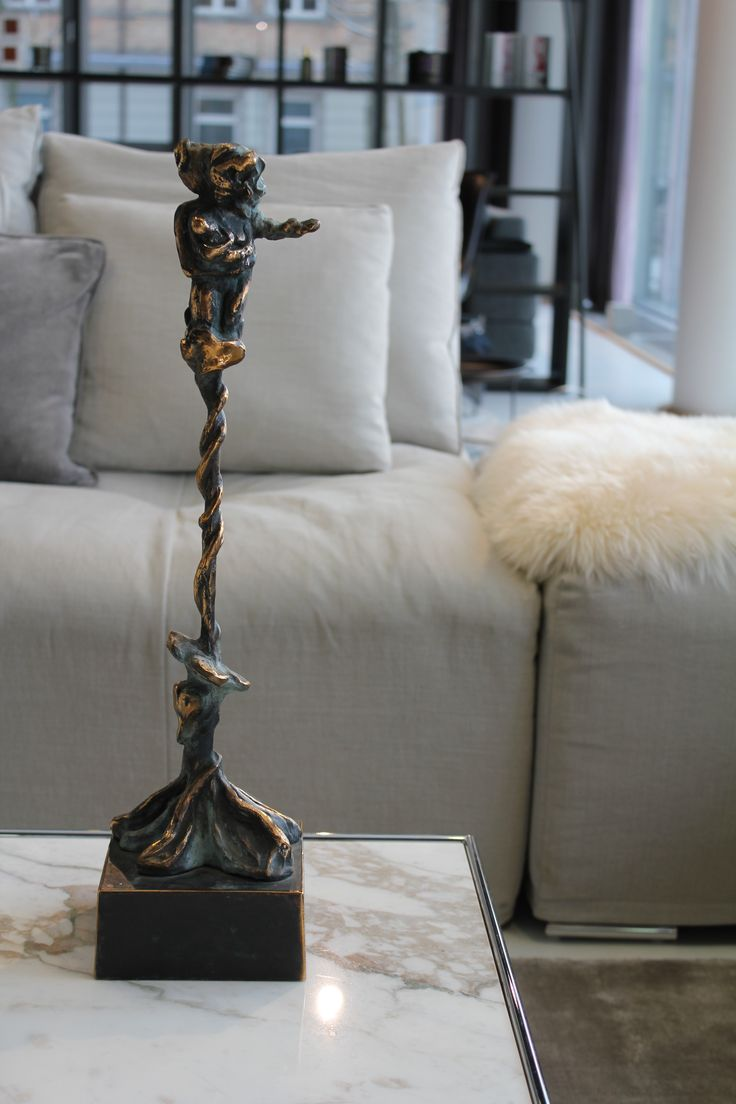 Lille statue, som kan bruges på bordet eller gulvet - kommer i flere størrelser.