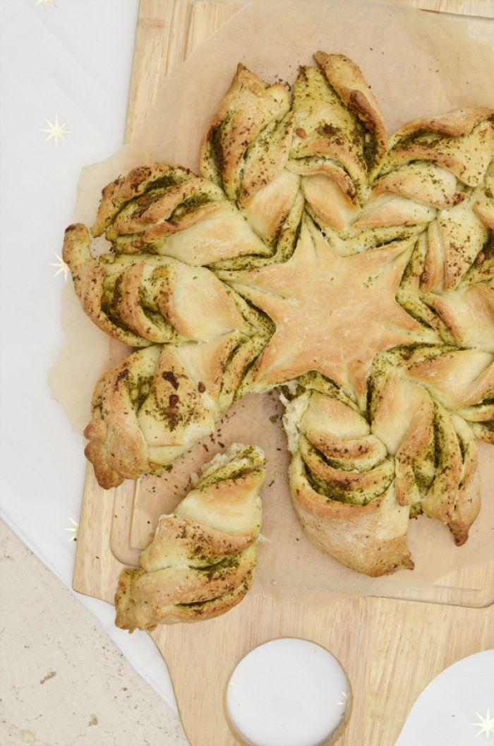 Kerstster brood met pesto, super leuk idee voor kerst! Hij is heel makkelijk te maken met 4 ingrediënten en héél erg lekker!