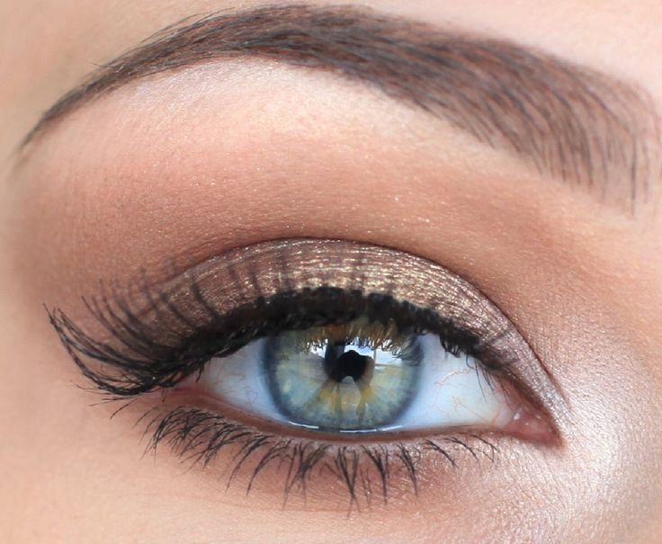 Victoria's Secret model- Neutral eye make-up can be so effortless and flattering! Soft gold on the lid, shimmery taupe in the crease, and highlights on the brow bone and corner.