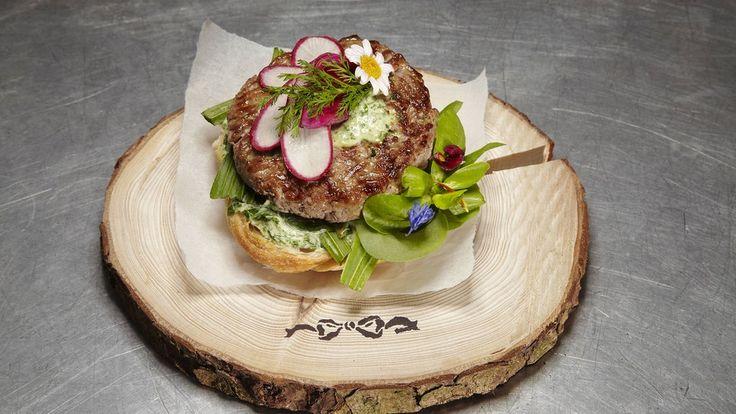 Hamburger sind angesagt, beinahe jede Woche eröffnet ein neues Lokal. Profikoch Christian Henze zeigt uns, wie man leckere Burger ganz einfach selbst zu Hause machen kann. Genau das Richtige für einen kalten Herbstabend!