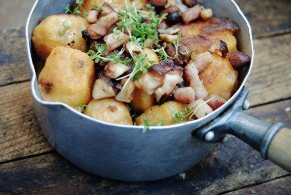 Sötpotatisgnocchi med rökt fläsk och hasselnötter | Recept.se