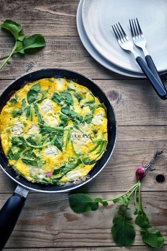 Omlet z natką rzodkiewki i serem camembert