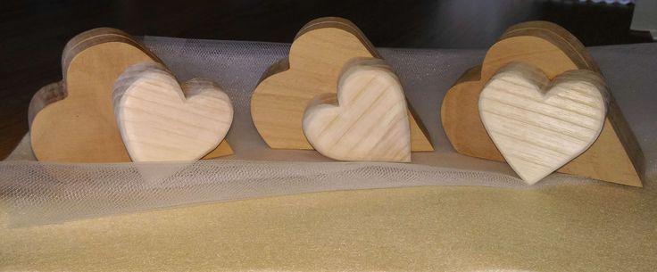 Due cuori che si uniscono, due essenze di legno diverse che si fondono in un'unica creazione. Nuovo il porta fotografie, un ricordo che i tuoi ospiti conserveranno sempre... Come vedi sono tutti diversi! tutti unici!!