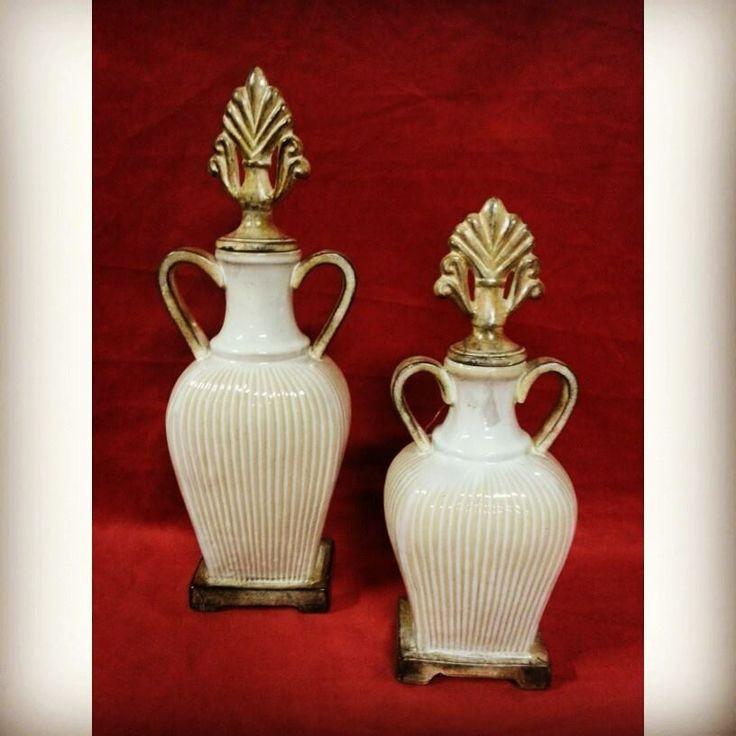 Ânforas em cerâmica, na tonalidade bege.  Aqui no Espaço Antigo você encontra uma variedade de objetos decorativos para deixar sua casa bonita e charmosa! (Não é o par) http://espacoantigo1026.com.br/detalhe.php?id=4364