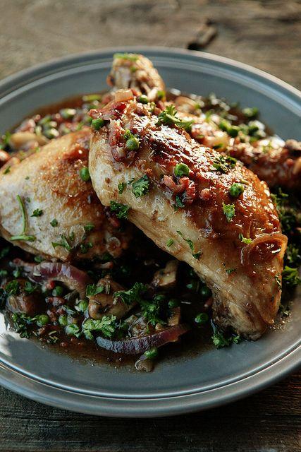 Winterse kip met spek en kastanjechampignons