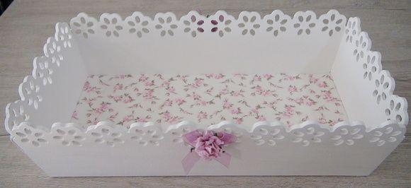 Bandeja em MDF pintada com tinta PVA revestida ao fundo com tecido 100% algodão. peça com apliques em flores. Peça envernizada. R$ 60,00