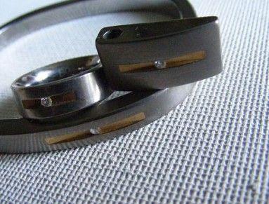 Souprava luxusních elegantních šperků - přívěsek, prsten, náramek  značka BOCCIA TITANIUM, vyrobeno z titanu, zdobeno zlacením a osazeno brilianty 2x 0,02ct a 1x 0,03ct.Rozměr náramku 66x58mm, přívěšku 20x10mm, vnitřní průmer prstenu 16mm, šířka 6mm. 3perky jsou nošené, v pěkném stavu. Prodávané za cenu náramku. Šperky jsou značené.