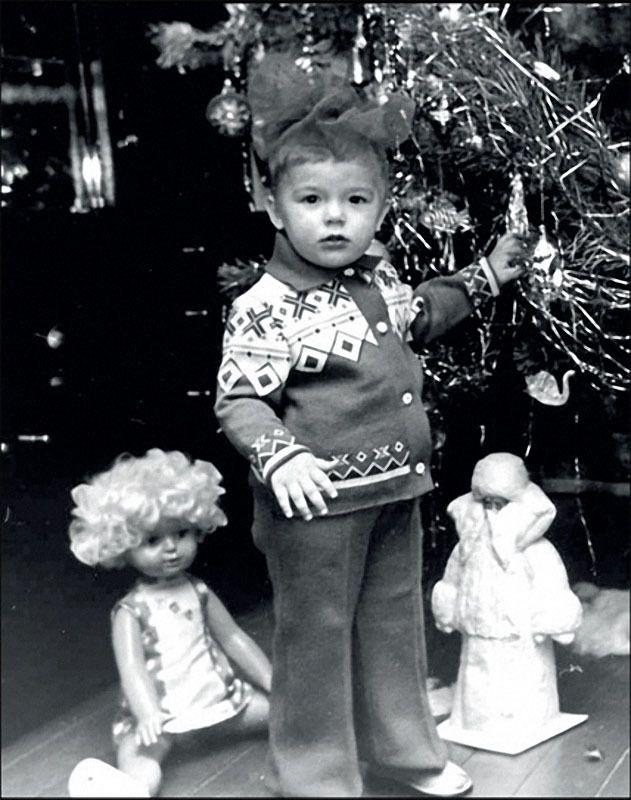 Москва. Ребенок под елкой сам похож на подарок, 1976