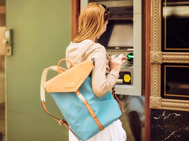 Femme au guichet automatique en vacances