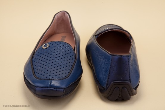 The world-class quality of Hand Made in Italy crafting makes a fine showing in this shoe. - La qualità e la classe dell'Hand Made in Italy si mettono in mostra. http://store.pakerson.it/woman-moccasins-22346-marino.html