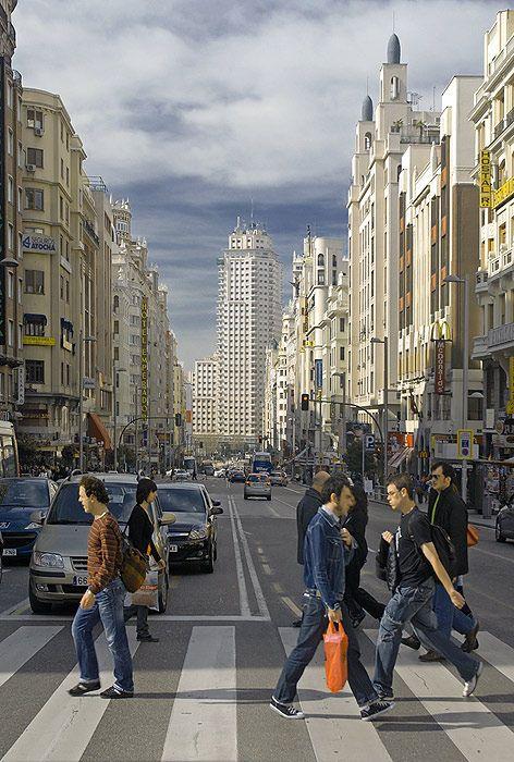 Edificio emblemático, la torre de Madrid al fondo