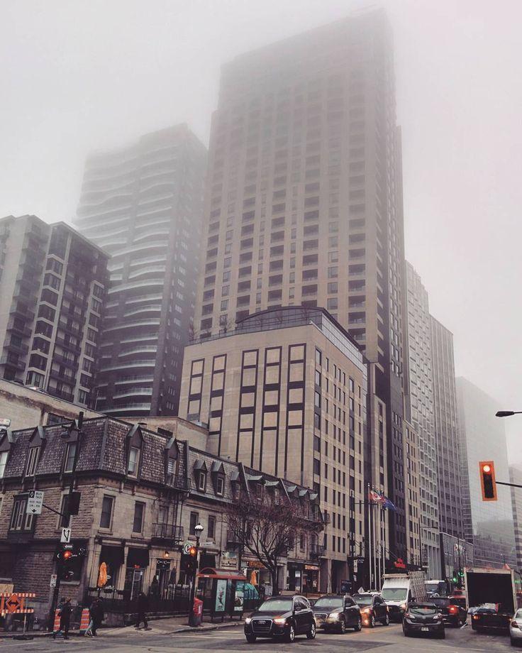 Montréal dans les brumes #montreal #downtownmtl #sky #skyline #building #skyscraper #brume #mist #fog #weather #quebec #canada #grey #greytones #urban #photography #city #citystreets #buildings #skycrapers #foggy #november