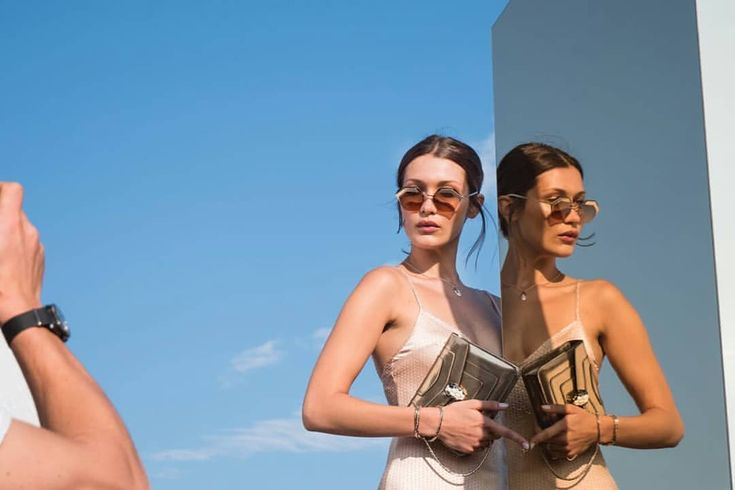 "47 curtidas, 2 comentários - Bella Hadid Brasil (@bellahadidbrasil) no Instagram: ""#BellaHadid para coleção de óculos 'Serpenteyes X' da Bulgari. """