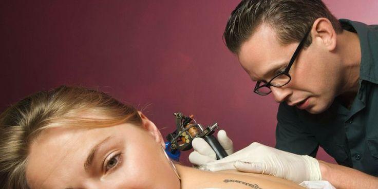 Dans le cas de tatouages permanents, les pigments colorés peuvent migrer via les vaisseaux lymphatiques jusque dans les ganglions.