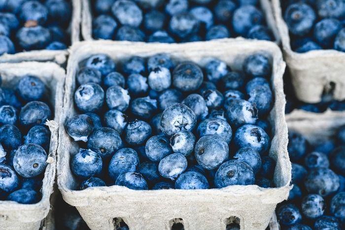ブドウのほか、ベリー類もアントシアニン豊富なので染色に利用できます。ブルーベリーやブラックベリーなどが手に入りやすいですね。庭の樹に実が付いたら、こんな使い方も素敵。ブラックベリーは赤紫に。媒染を変えると青みの強いブルーグレーにも染まります。