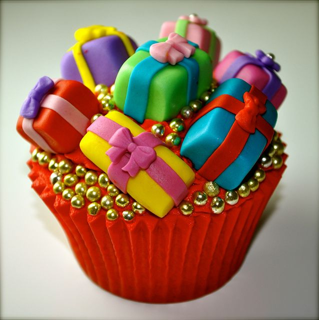 Oh My Goodness!!!! This is SOOOOO Cute!!!  @KatieSheaDesign ♡❤ Christmas Present Cupcake..... please gimme one!