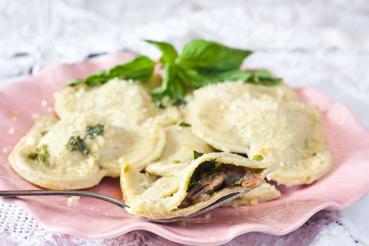 Proscuitto And Mushroom Ravioli With Basil Browned Butter SauceFilling Ravioli, Butter Sauces, Prosciutto Ravioli, Ravioli Recipe, Mushrooms Prosciutto, Butter Basil, Basil Sauces, Mushrooms Ravioli, Favorite Recipe